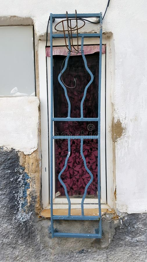 Oud venster in een Spaans huis met metaalbars Steenrand royalty-vrije stock foto