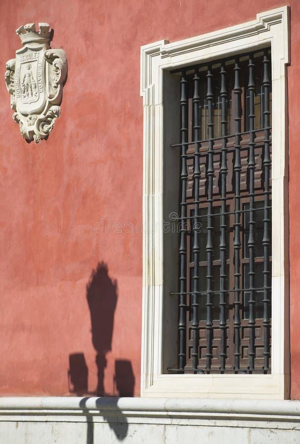 Oud venster en antiek schild in een rode voorgevel Sevilla, Spanje royalty-vrije stock foto's