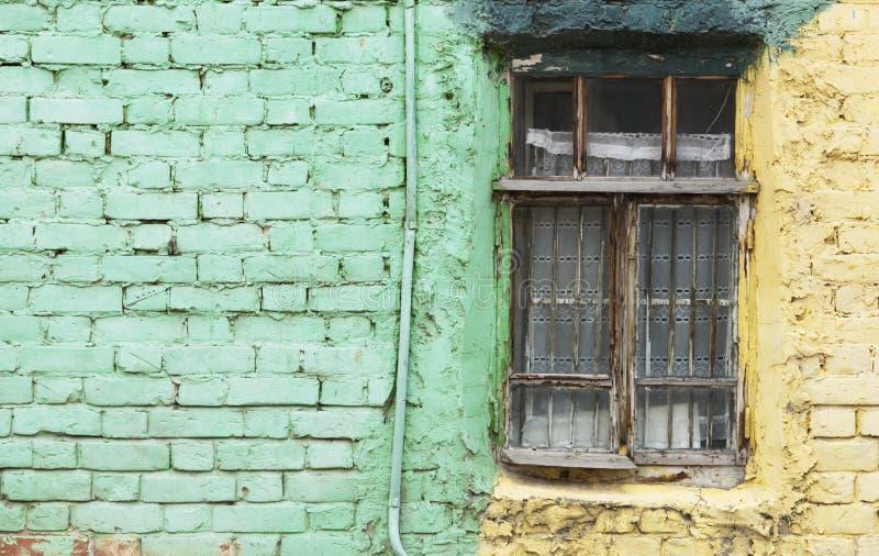 Oud venster en groene muur met ruimte voor tekst stock afbeeldingen
