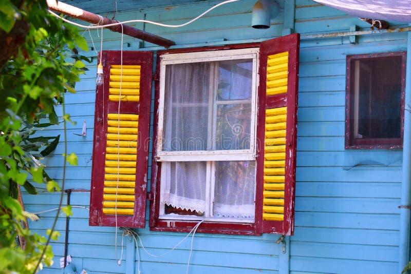Oud venster in oud huis stock fotografie
