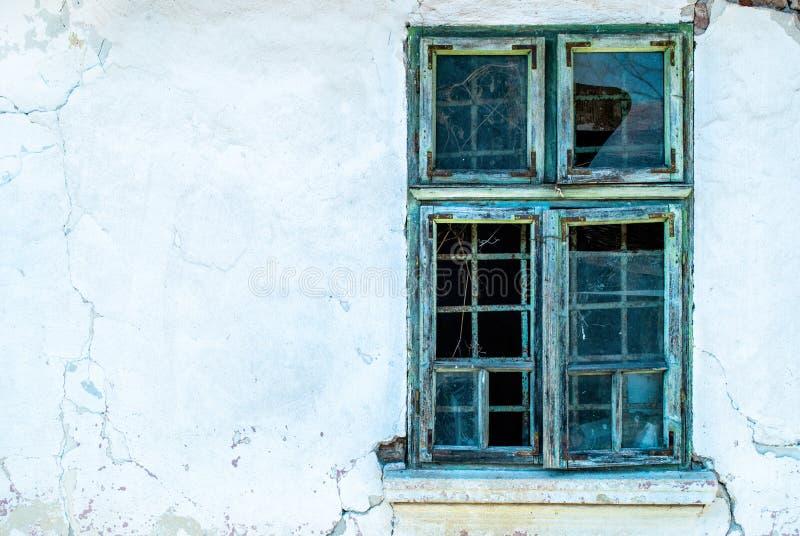 Oud venster in klaarlichte dag op een afbrokkelende muur van het oude huis stock afbeeldingen
