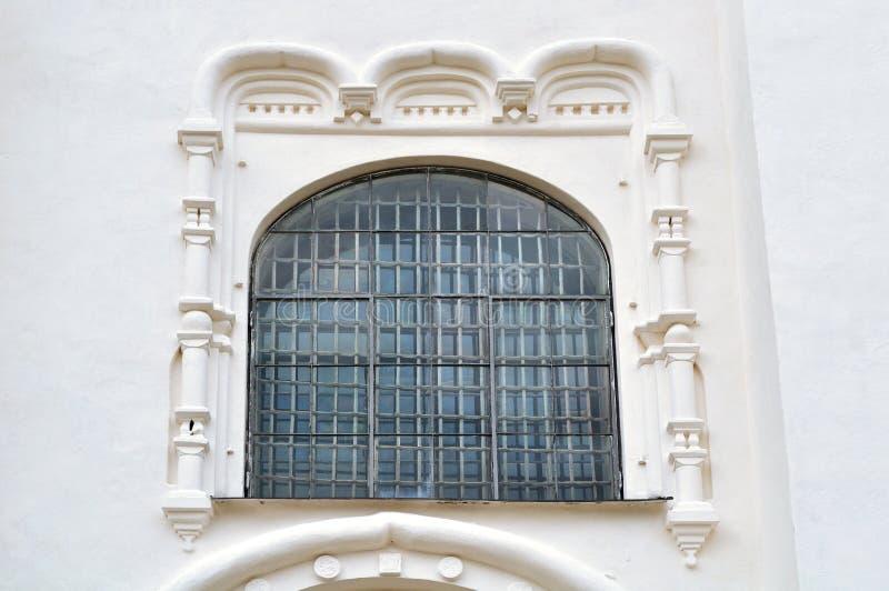 Oud venster met architecturale elementen van St Sophia Cathedral in Veliky Novgorod royalty-vrije stock afbeeldingen