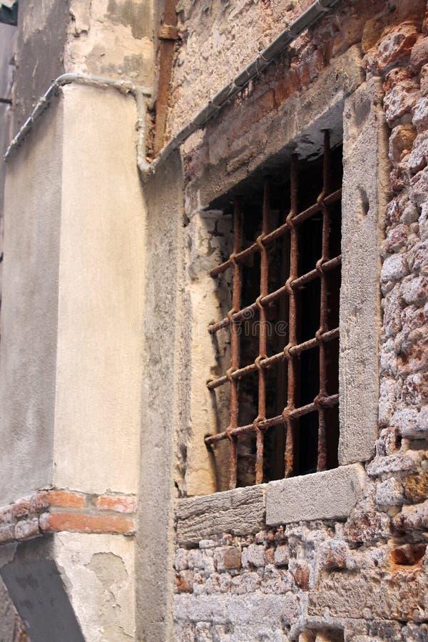 Oud venster met bars in Venetië Italië royalty-vrije stock fotografie
