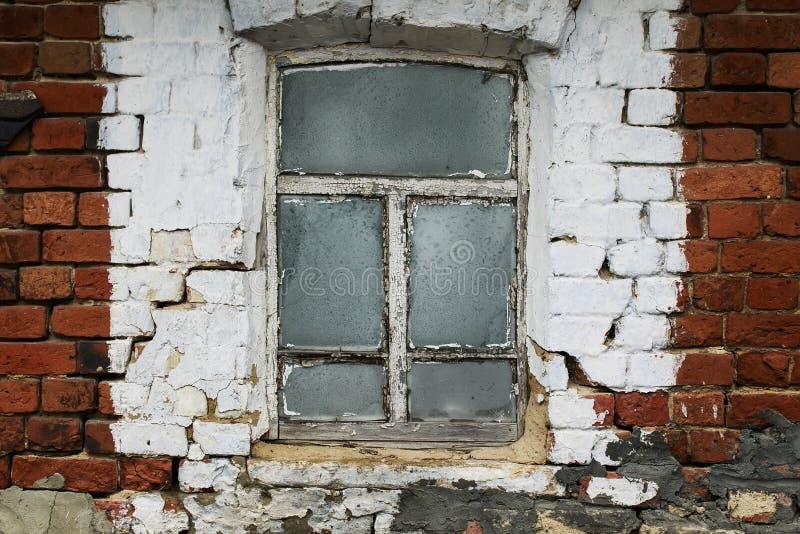 oud venster met een rachitisch houten kader in de bakstenen muur van a royalty-vrije stock foto