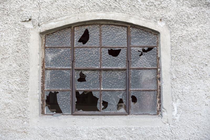 Oud venster met gebroken glas stock foto