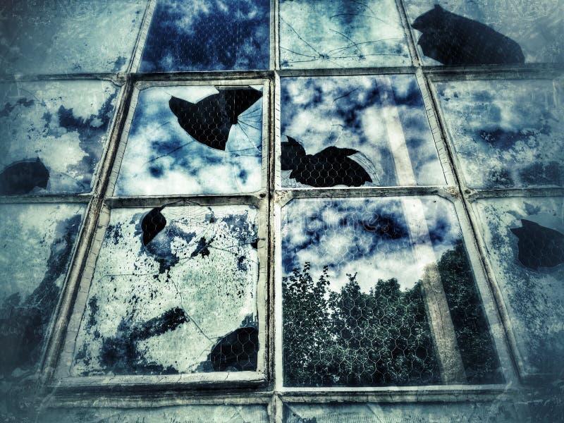 Oud venster met gebroken glas stock afbeelding