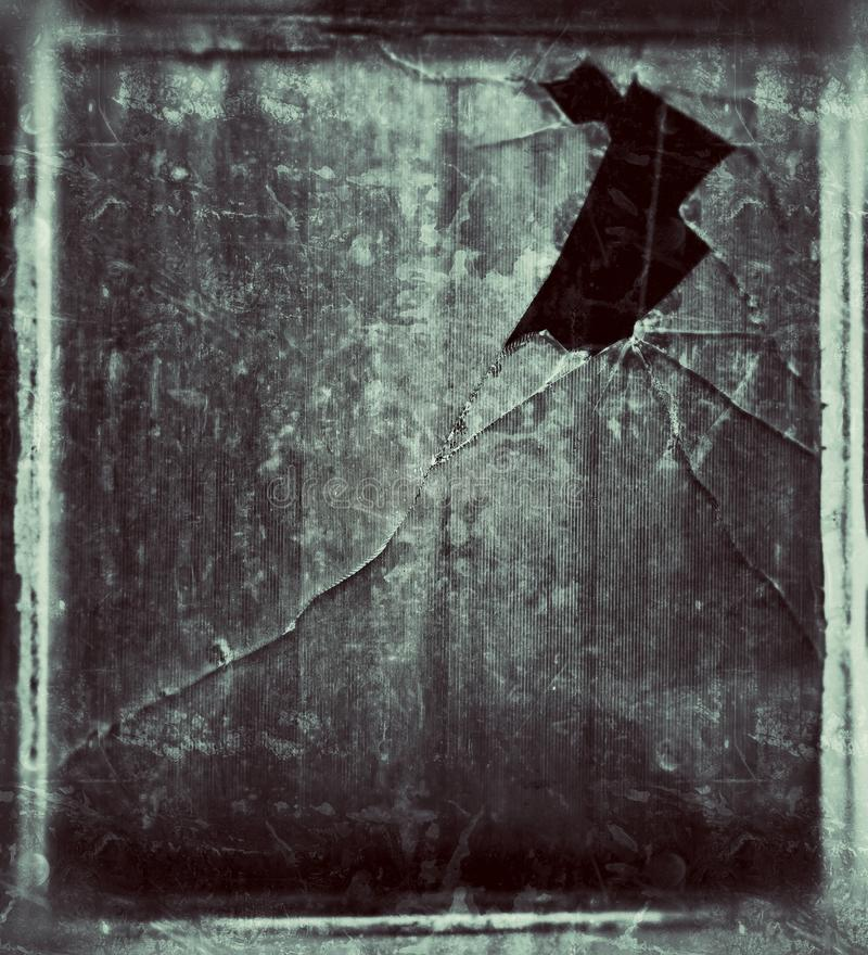 Oud venster met gebroken glas stock foto's