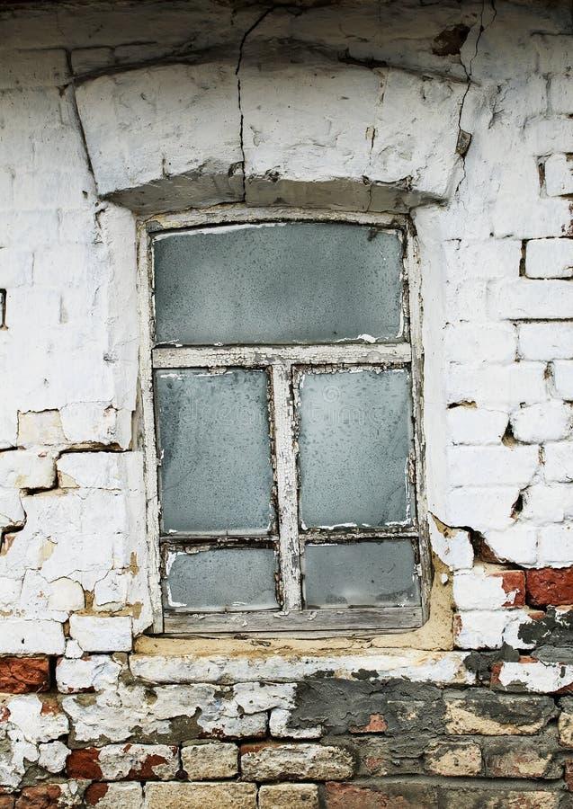 oud venster met glas in vorst met een rachitisch houten kader royalty-vrije stock afbeeldingen