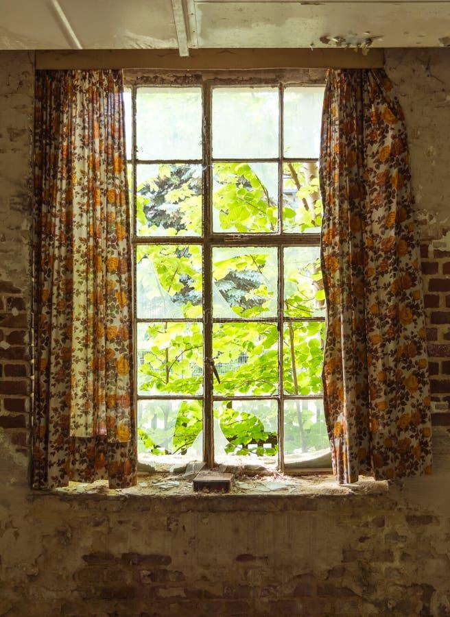 Oud venster met gordijn royalty-vrije stock fotografie