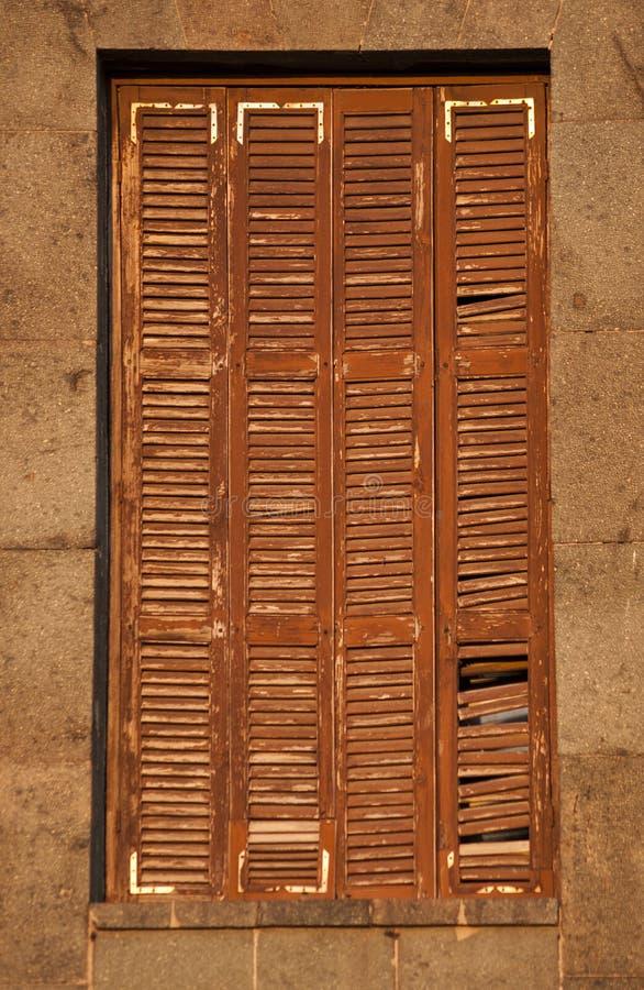 Oud venster met jaloezie stock fotografie