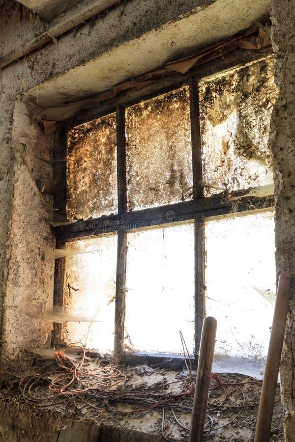 Oud venster met vlekken en spinnewebben stock afbeeldingen