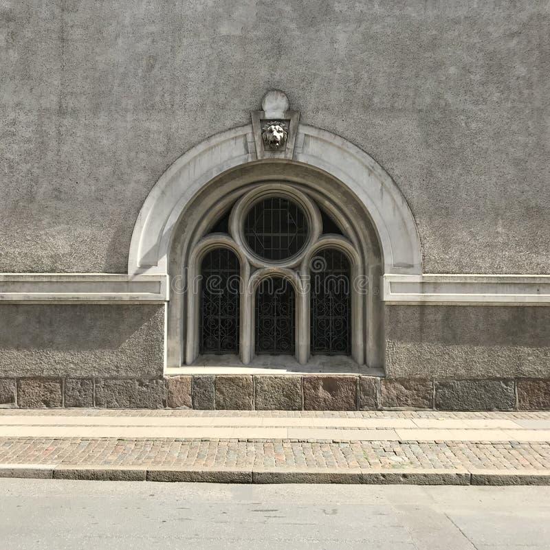 Oud venster op het oorlogsmuseum in Kopenhagen royalty-vrije stock afbeelding