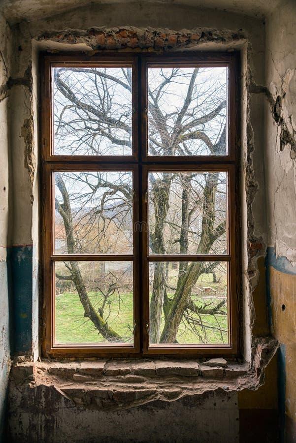 oud venster van een verlaten huis binnen oud stock afbeelding afbeelding 54896881