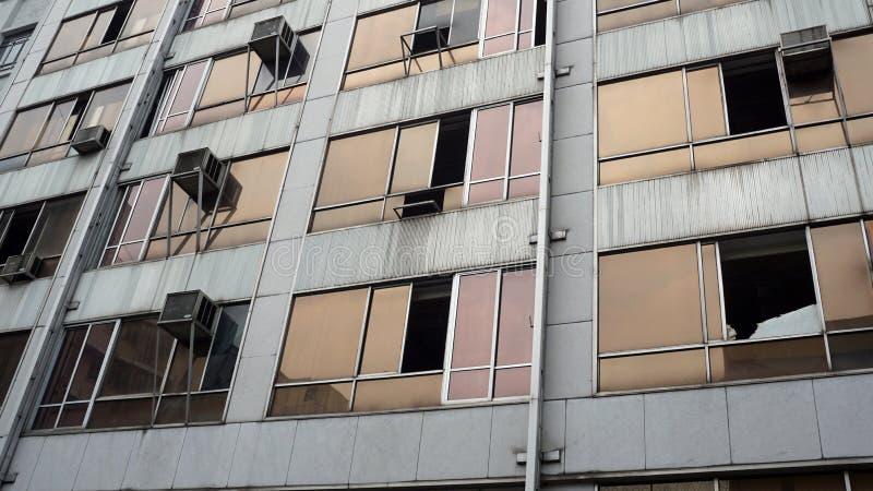 Oud verlaat de bouw, weerspiegelende vensters royalty-vrije stock fotografie
