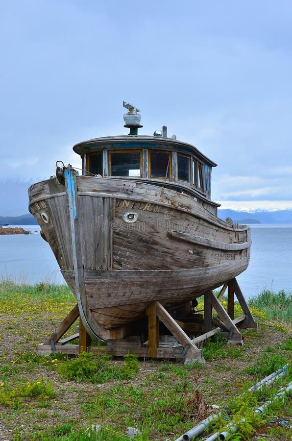 Oud verlaat houten boot stock foto