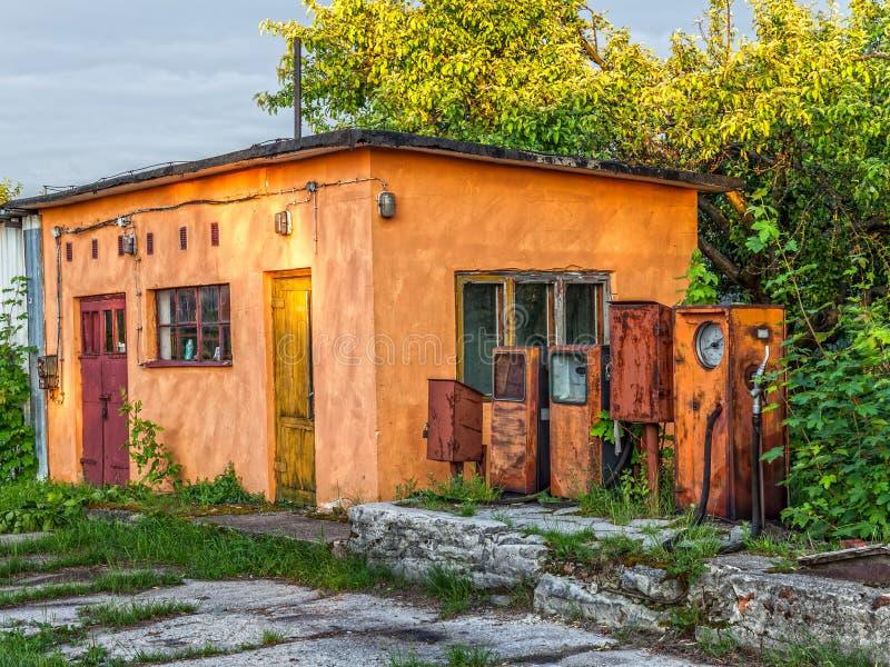 Oud verlaten benzinestation stock foto's