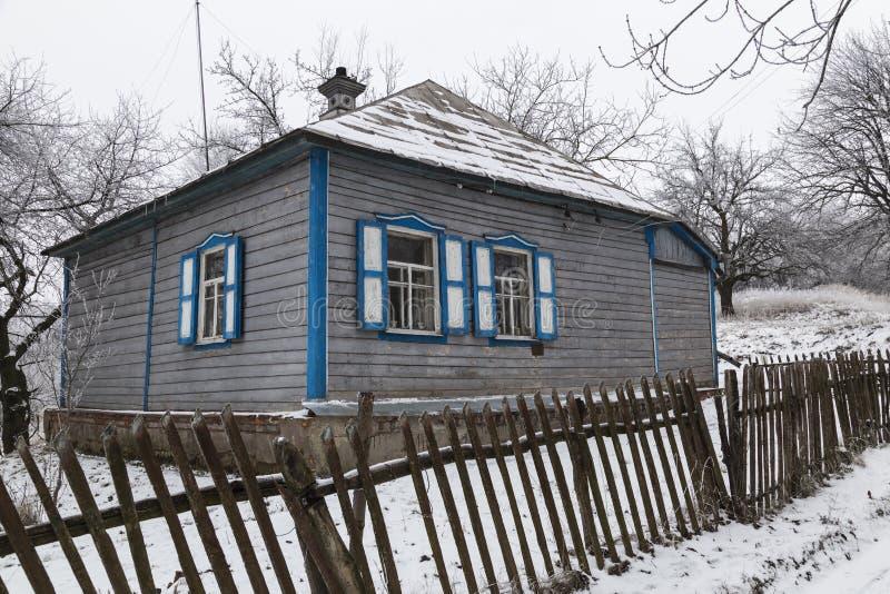 Oud verlaten blokhuis op het landbouwbedrijf royalty-vrije stock foto's