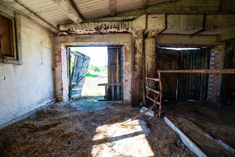 oud verlaten boerderijbinnenland stock foto