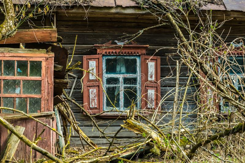 Oud verlaten buitenhuis in de uitsluitingsstreek Gevolgen van de kernramp van Tchernobyl royalty-vrije stock foto's