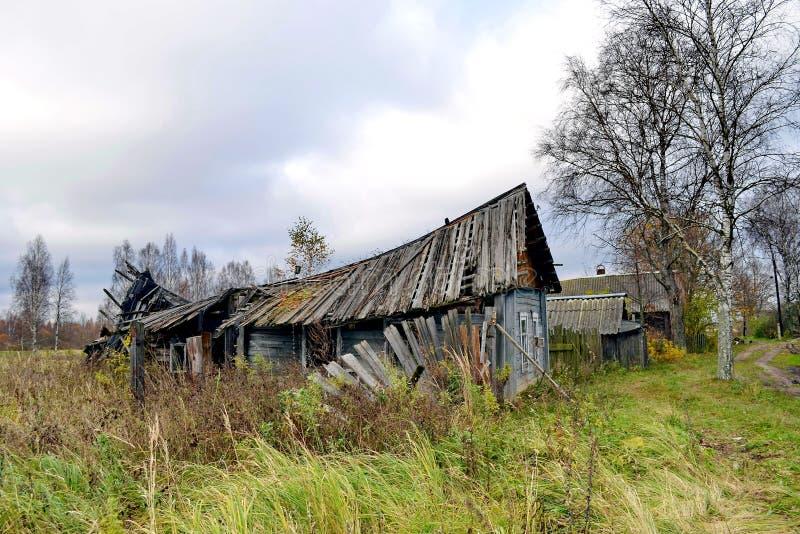 Oud verlaten dorpshuis De voorgevel van de logboekhut, fragment close-up woodcarving Russisch dorp stock fotografie