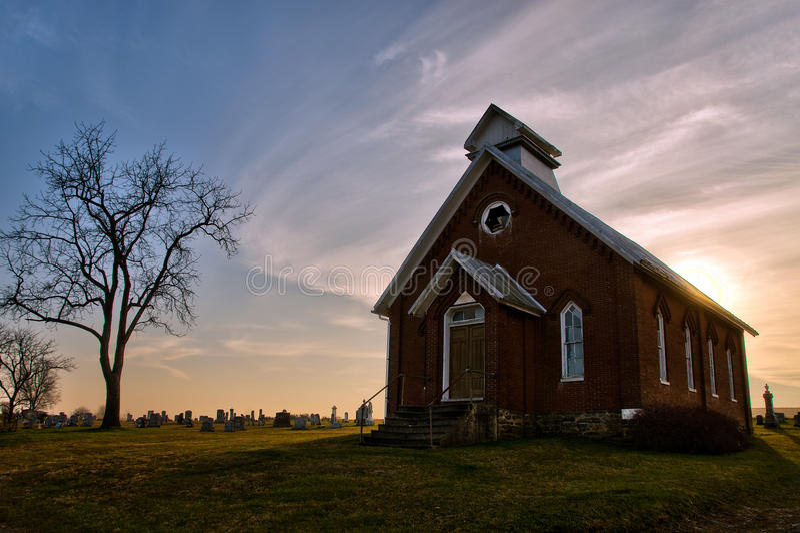 Oud verlaten kerk en kerkhof stock afbeelding