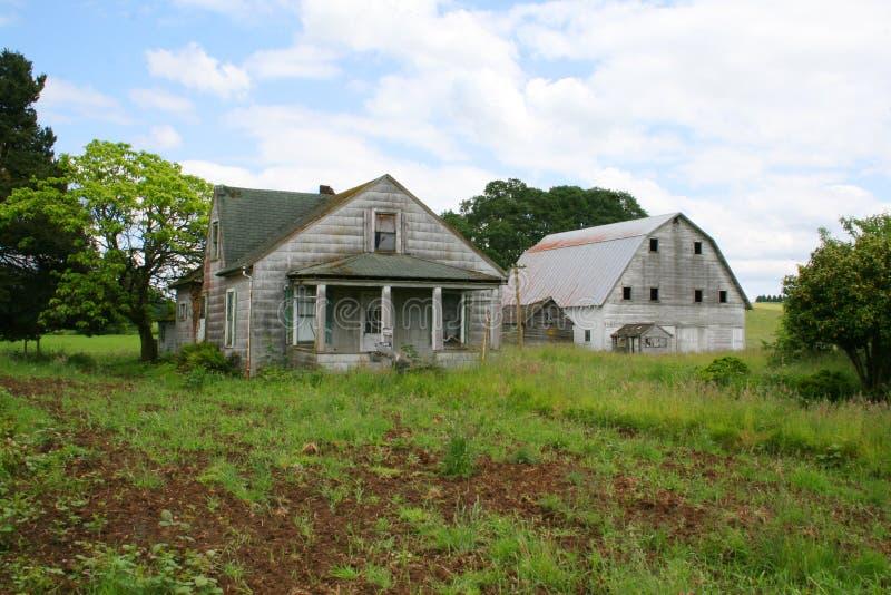 Oud verlaten landbouwbedrijf stock afbeeldingen