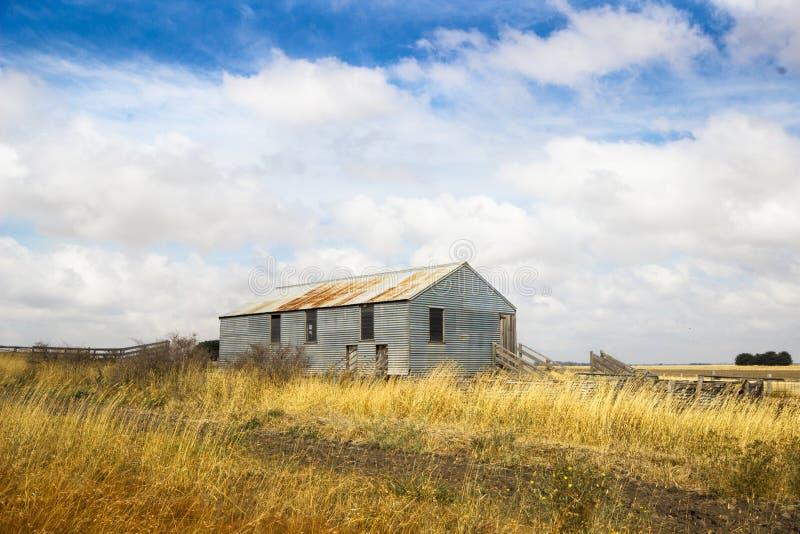 Oud verlaten landbouwbedrijf op gebied. Australië, Victoria stock foto's