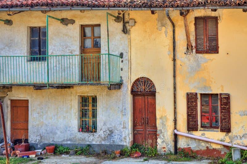 Oud verlaten landbouwbedrijfhuis. Piemonte, Italië. royalty-vrije stock afbeelding
