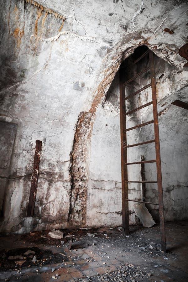 Oud verlaten leeg bunkerbinnenland met trap royalty-vrije stock fotografie