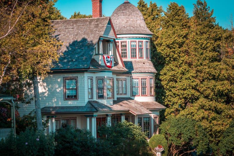 Oud Victoriaans die huis op Mackinac-Eiland binnen sommige bomen wordt genesteld royalty-vrije stock afbeeldingen