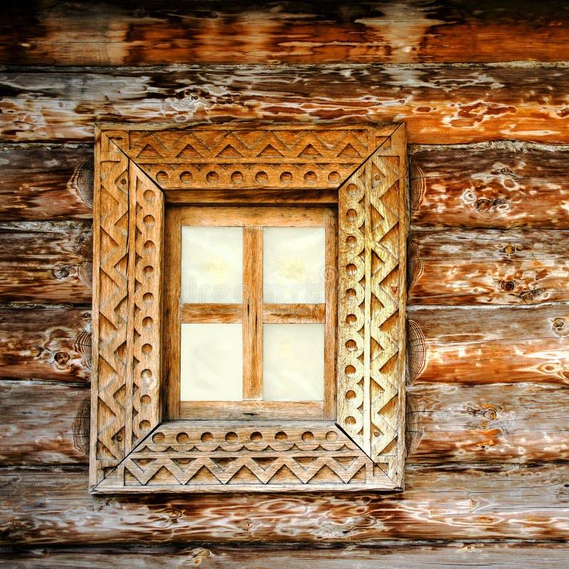 Oud vierkant houten venster Detail van voorgevel uitstekend rustiek huis stock foto