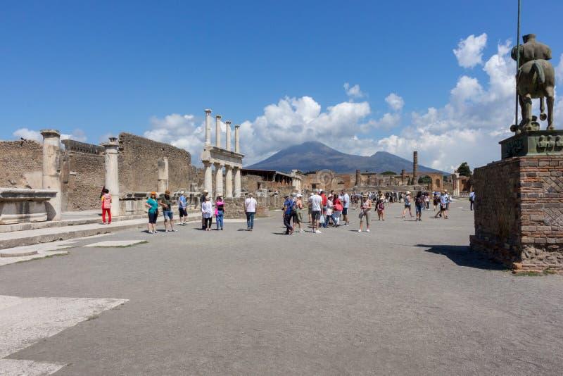 Oud vierkant tegen vulkaan de Vesuvius met toeristen in Pompei, Italië Antiek cultuurconcept Italiaans oriëntatiepunt stock afbeelding