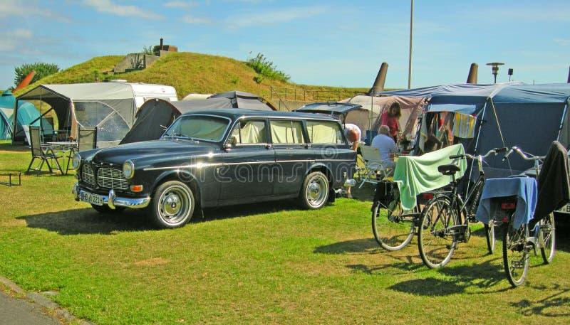 Oud Volvo in een het kamperen plaats stock fotografie