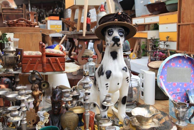 Oud voorwerpen en meubilair voor verkoop bij een vlooienmarkt royalty-vrije stock fotografie