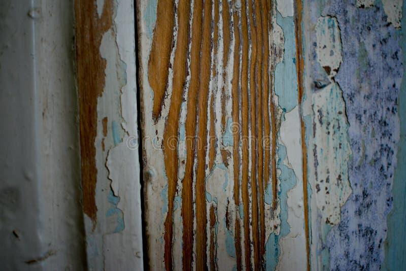 Oud, vreselijk gekrast door iemand scheept, een boom, een verlaten gebouw in royalty-vrije stock afbeelding