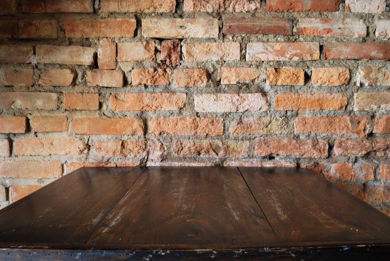 Oud vuil binnenland met bakstenen muur, uitstekende achtergrond stock foto's