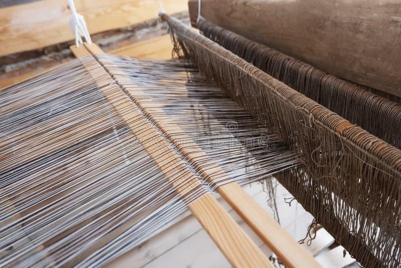 Oud weefgetouw Het katoen is ruw voor weefselhulpmiddelen om natuurlijke textielvezel te werken Close-up stock foto
