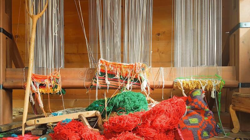 Oud weefgetouw met kleurrijke doeken stock foto