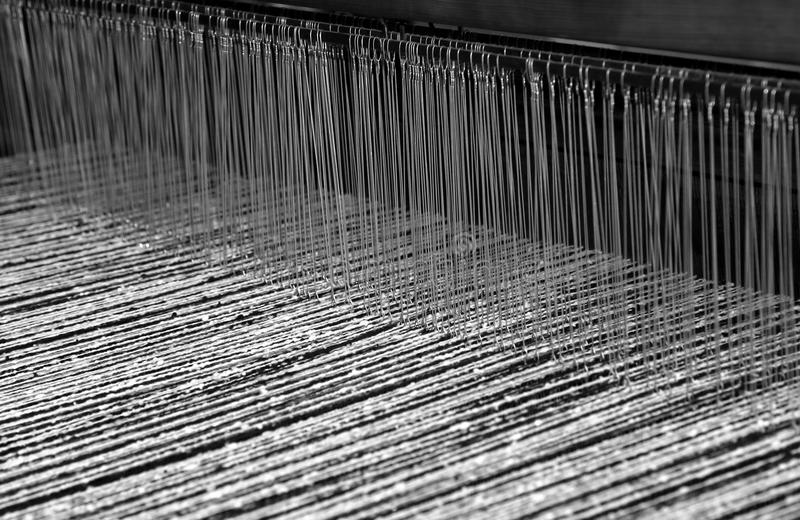 oud weefgetouw voor de productie van de stoffen in oude textil stock foto's
