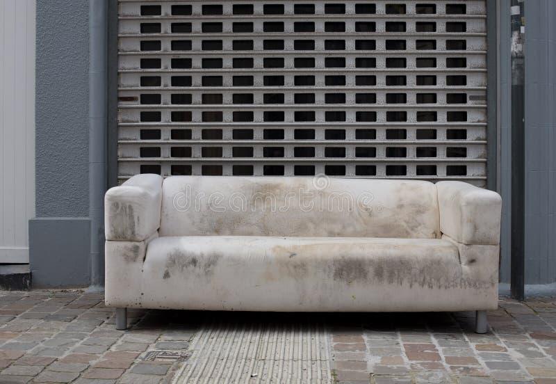 Oud weg geworpen meubilair stock foto