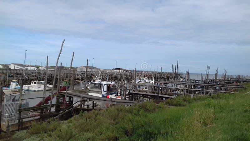 Oud weinig haven stock afbeeldingen