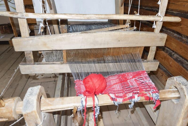 Oud wevend weefgetouw Uitstekend machineweefgetouw met canvas stock foto