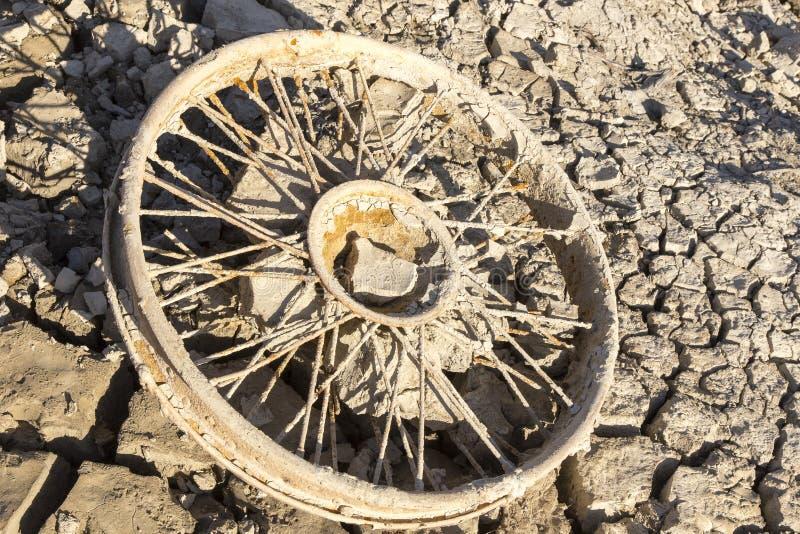 Oud wiel in modder royalty-vrije stock afbeelding