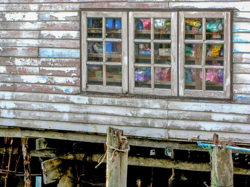 Oud wit blokhuis in het dorp van de visser royalty-vrije stock afbeelding