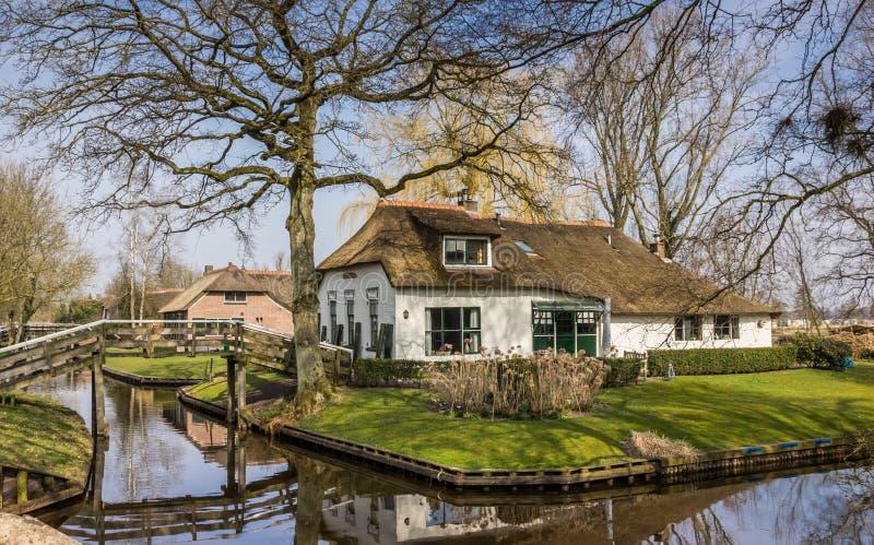 Oud wit landbouwbedrijf in historisch dorp Giethoorn stock afbeelding