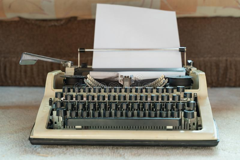 Oud wit schrijfmachineclose-up Retro-stijl Antiquiteiten en kantoorbenodigdheden royalty-vrije stock afbeeldingen