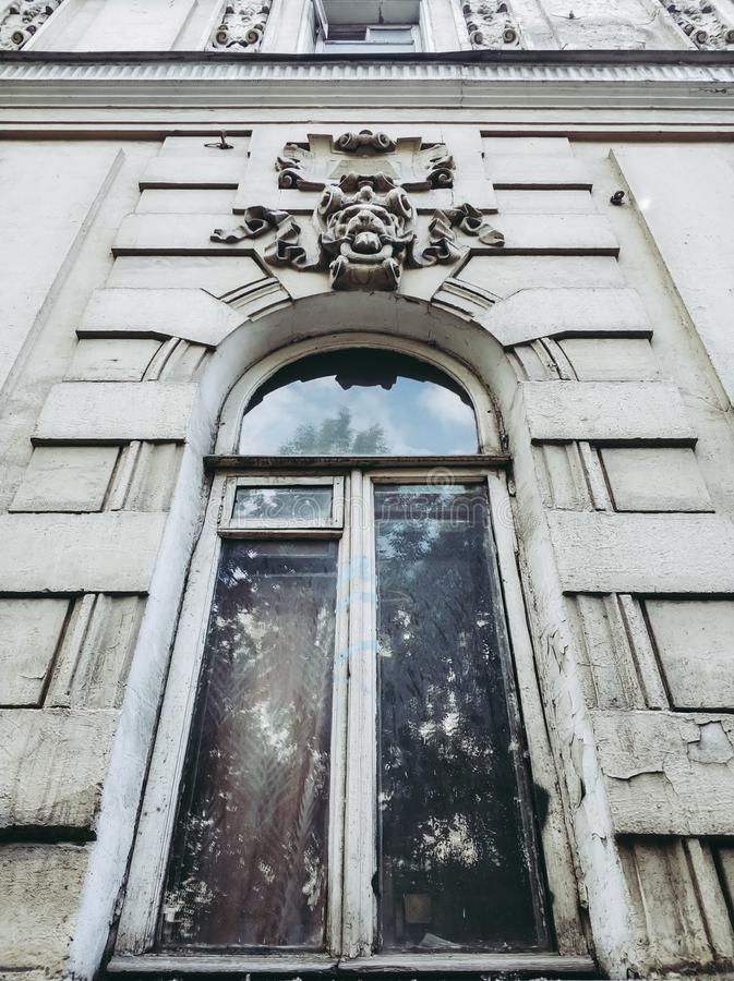oud wit venster met boog en gipspleister stock fotografie