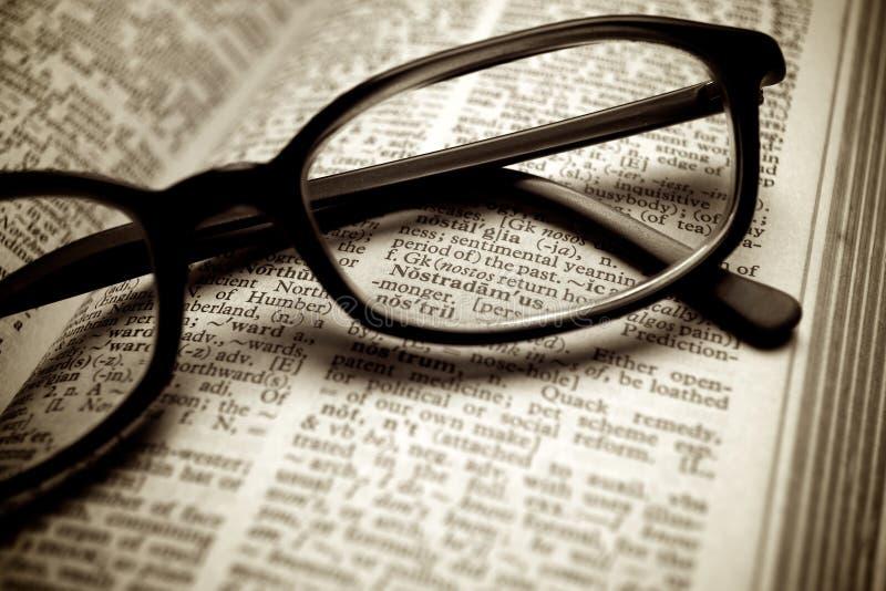 Oud woordenboek en zwarte glazen royalty-vrije stock fotografie