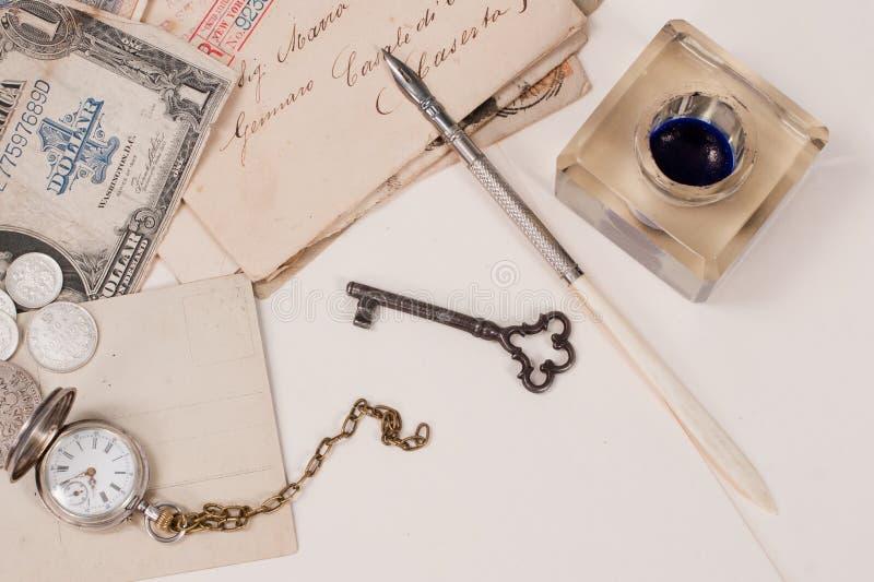 oud zakhorloge, oude inktpen, handwrite brieven royalty-vrije stock afbeelding