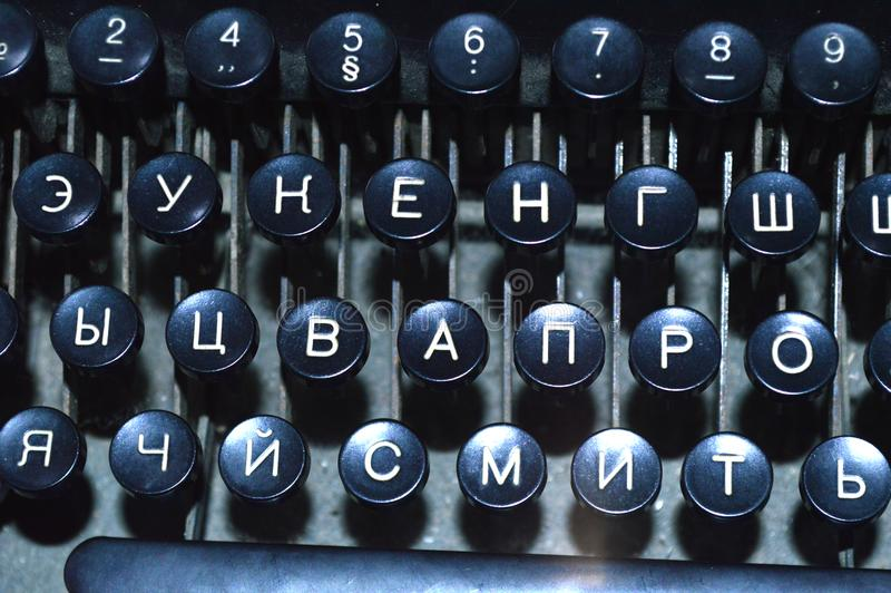 Oud zwart schrijfmachinetoetsenbord met witte brieven stock foto